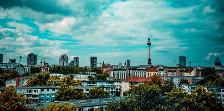Foto mit Blick auf Immobilien und den Fernsehturm am Berliner Alexanderplatz (Ausschnitt)