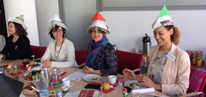 Teilnehmerinnen mit Denkhüten beim Wissensbrunch Design Thinking am 27.04.2017 beim IFM