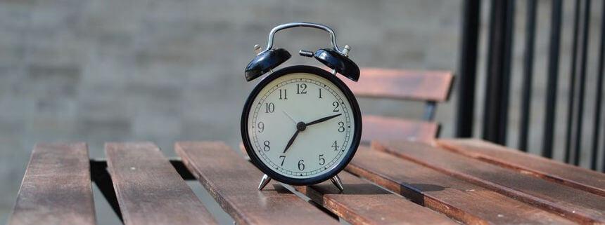 Uhr auf einem Tisch symbolisiert die zeitliche Flexibilität im Fernstudium