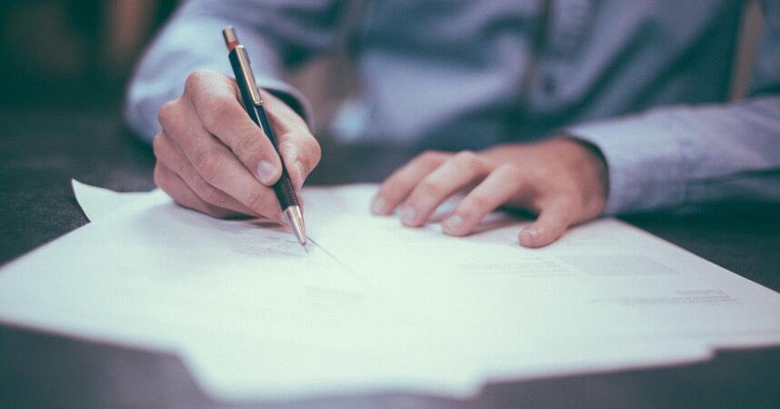 Unterzeichnen eines Arbeitsvertrages