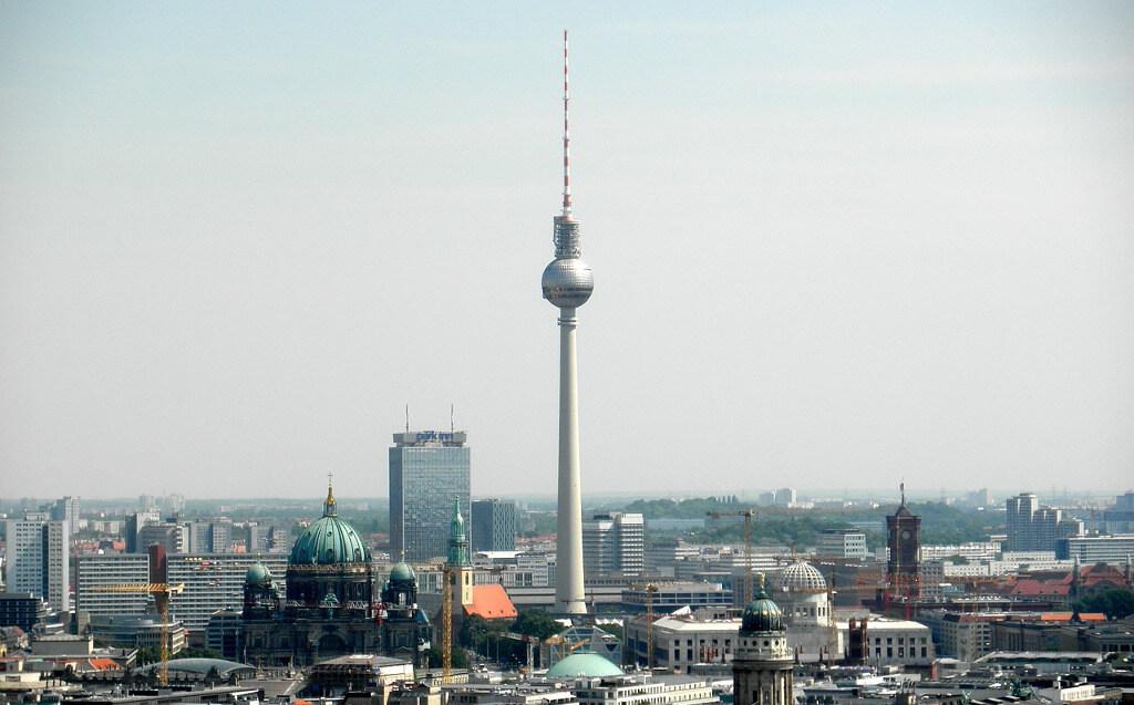 Blick auf den Alexanderplatz in Berlin, einer Stadt, die von der Weiterbildungspflicht für Makler und Verwalter betroffen sein wird.