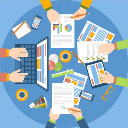 Comic mit Schreibtisch und arbeitenden Händen zeigt Teamwork im Projektmanagement