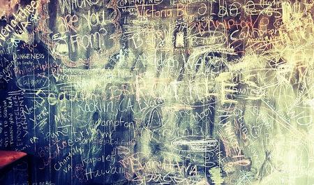 Ein Gegenbeispiel zu Lesbarkeit ist Gekritzel auf einer Wand