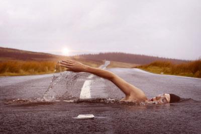 Surreales Bild zeigt einen Schwimmer auf einer Straße - so funktioniert Storrytelling