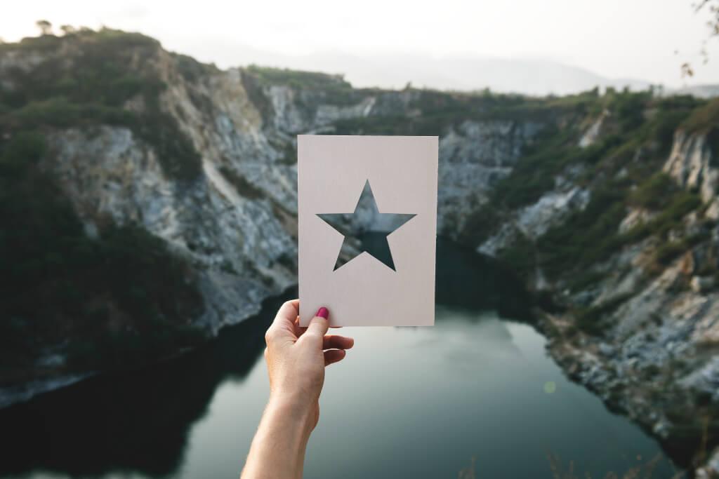 Personalmanager halten Aussicht nach Sternen am Horizont, um Talente für das Unternehmen zu werben