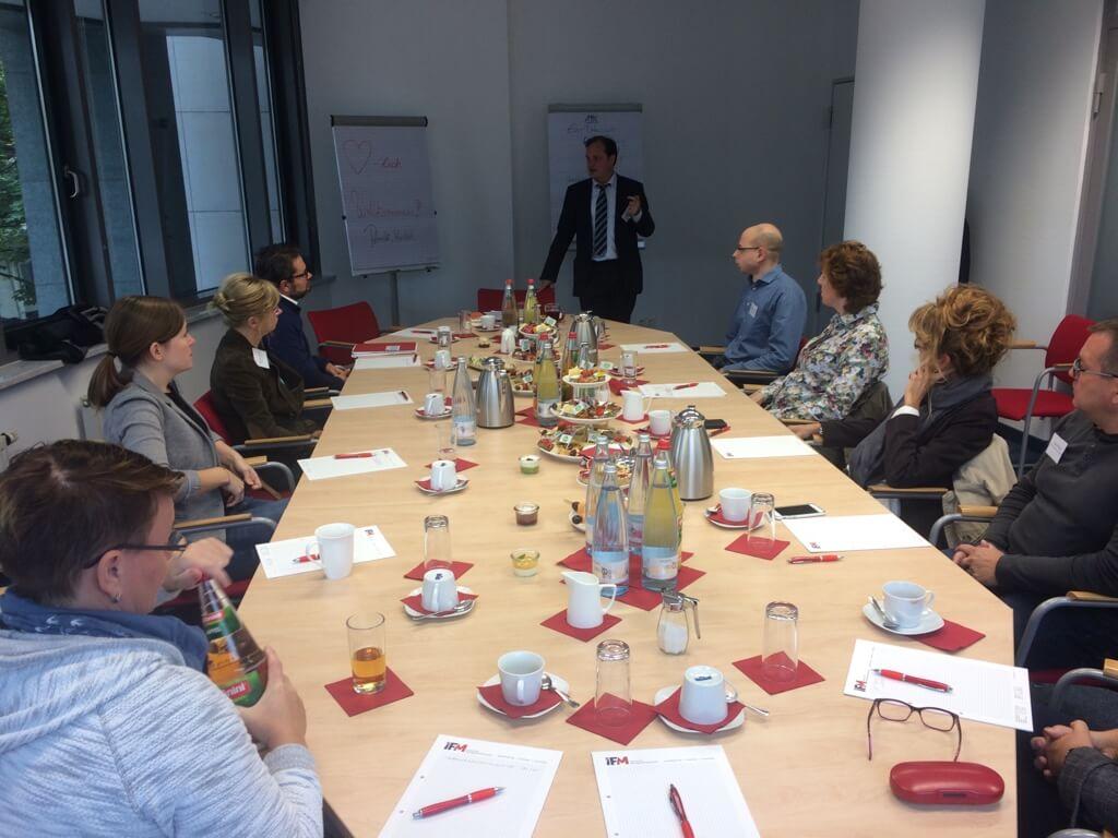Teilnehmer am Tisch beim IFM-Wissensbrunch zum Thema Datenschutz-Grundverordnung (DSGVO)