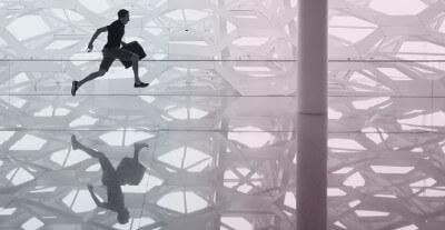 Person mit Koffer beim Sprung