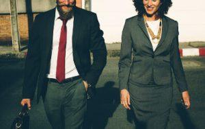 Männliche und weibliche Business-Person im Gespräch