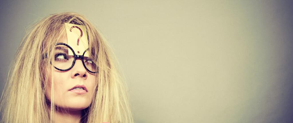 Junge Frau auf Arbeitsuche mit Fragezeichen auf dem Kopf
