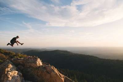 Person springt auf einem Berg