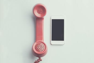 Retro-Telefon und Smartphone