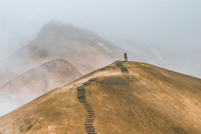 Bergsteiger auf einem Berg - Photo by alexander milo on Unsplash