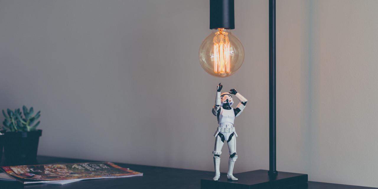 Star Wars Figur checkt die Qualität einer Lampe
