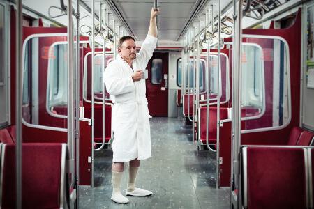 Mann im Bademantel verschlafen in der U-Bahn