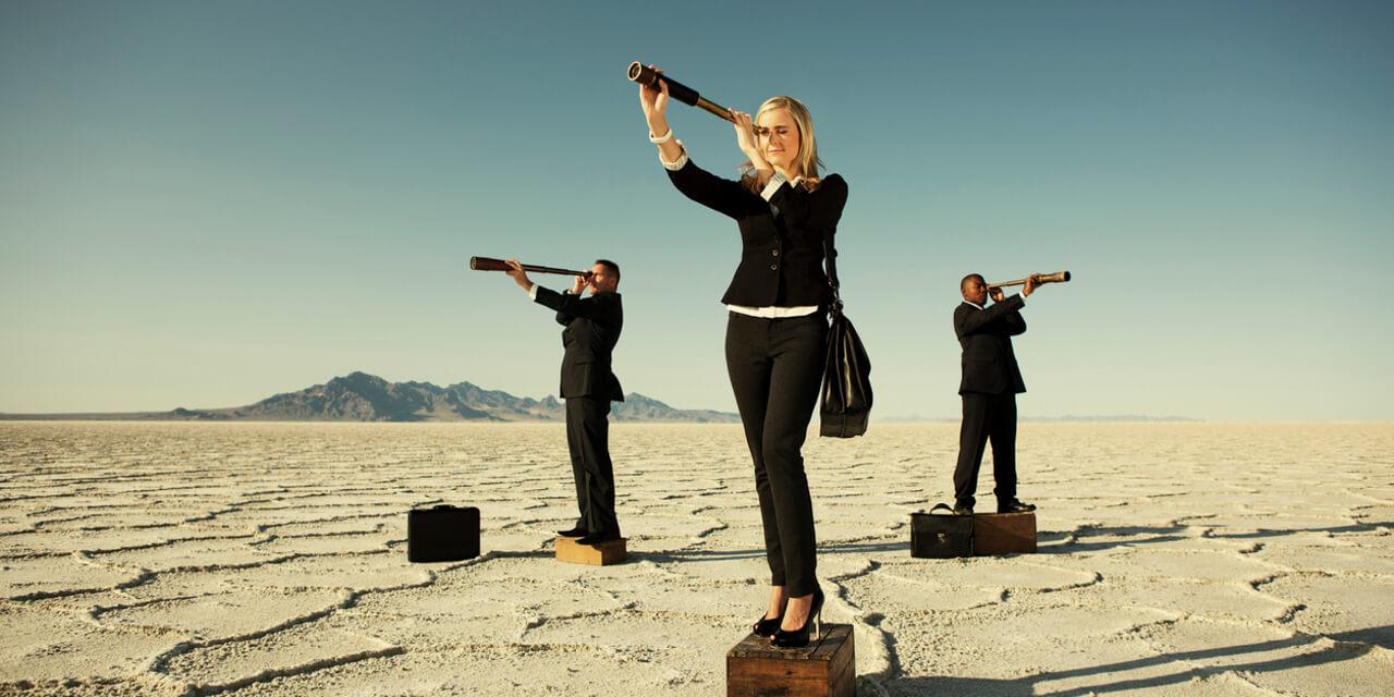 Personaler mit Teleskop auf Suche nach dem nächsten Talent