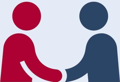 Zwei Menschen schütteln die Hände