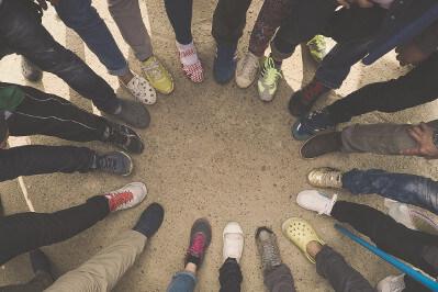 Ein buntes Team an Schuhen im Sinne des Diversity Managements