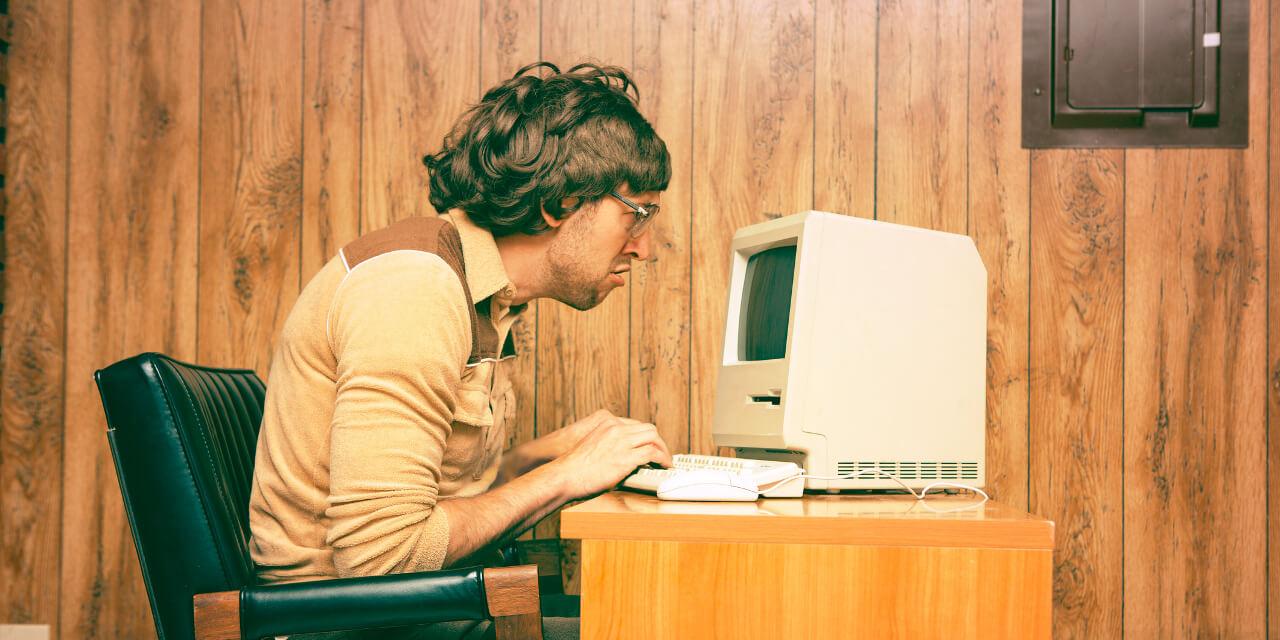 Nerd sitzt vor Computer