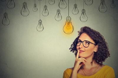 Frau mit Brille ist auf der Suche nach einer Idee