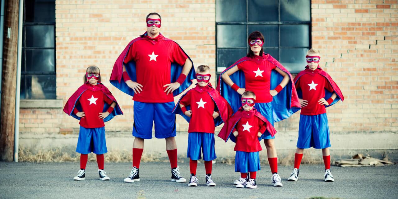 Familie von Superhelden im Helden-Outfit