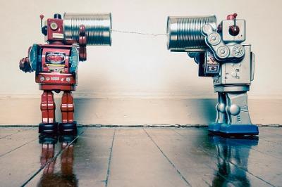 Zwei Roboter mit Blechdosen kommunizieren miteinander