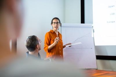 Business-Frau hält Vortrag vor Gruppe