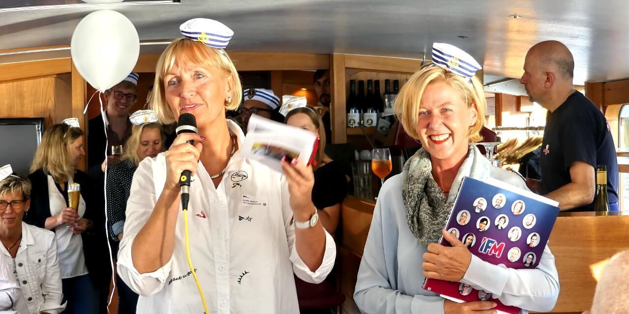 Angela Jahnkow (links) und Annina Quitter (rechts) mit IFM-Team im Hintergrund auf einem Boot