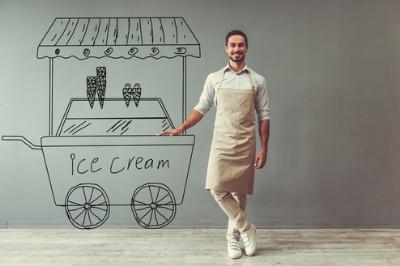 Eisstand mit lachendem Verkäufer
