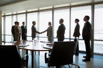 Vertreter von Betriebsrat, Gewerkschaft, Arbeitgeberverband und Arbeitgeber schließen Verhandlung ab.