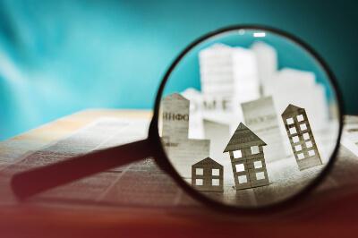 Immobilien aus Papier unter der Lupe
