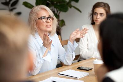 Business-Frau im Verhandlungsgespräch