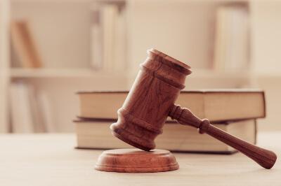 Richterhammer mit Gesetzen