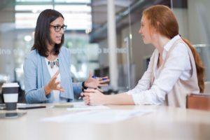 Weiblicher Coach und Coachee bei einem Beratungsgespräch
