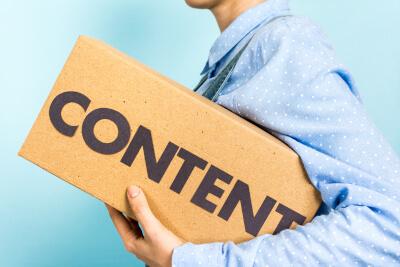 """Frau mit Hemd trägt Box mit Aufschrift """"Content"""""""