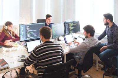 Gruppe von Entwicklern und Programmiern am Arbeitsplatz