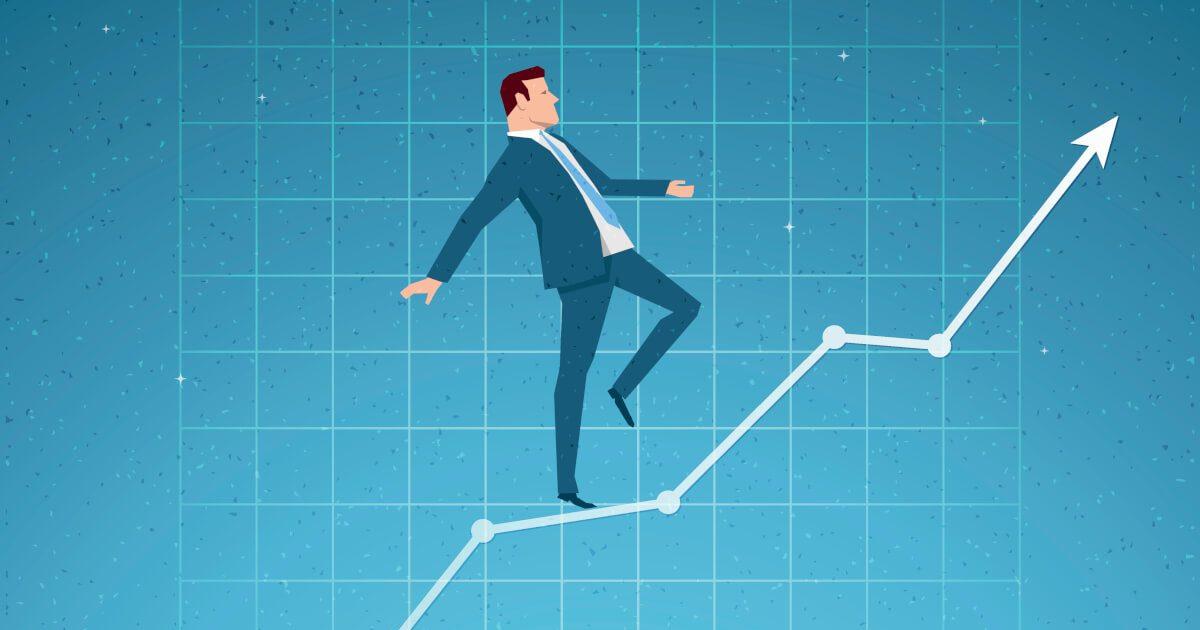 Unternehmer balanciert eine, Pfeil, der nach oben zeigt, entlang