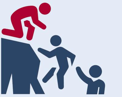 Menschen helfen sich beim Bergsteigen