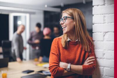 Junge Frau mit Lachen im Office