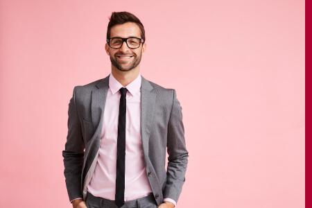 Junger Unternehmer im Anzug mit ansteckendem Lächeln