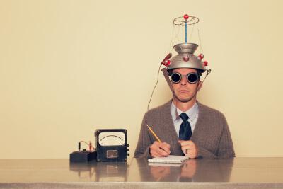 Mann im Anzug liest mit einer Maschine seine eigenen Gedanken - so ungefähr kann man sich Neurodidaktik heute vorstellen
