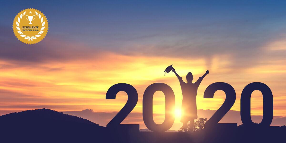 Die Zahl 2020 mit einer jubelnden Frau, die gerade ihre Weiterbildung abgeschlossen hat, mit einem wunderschönen Sonnenuntergang