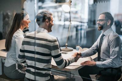 Makler beim Vermittlungsgespräch mit Kunden