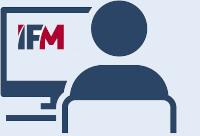 Person am Bildschirm mit IFM-Logo