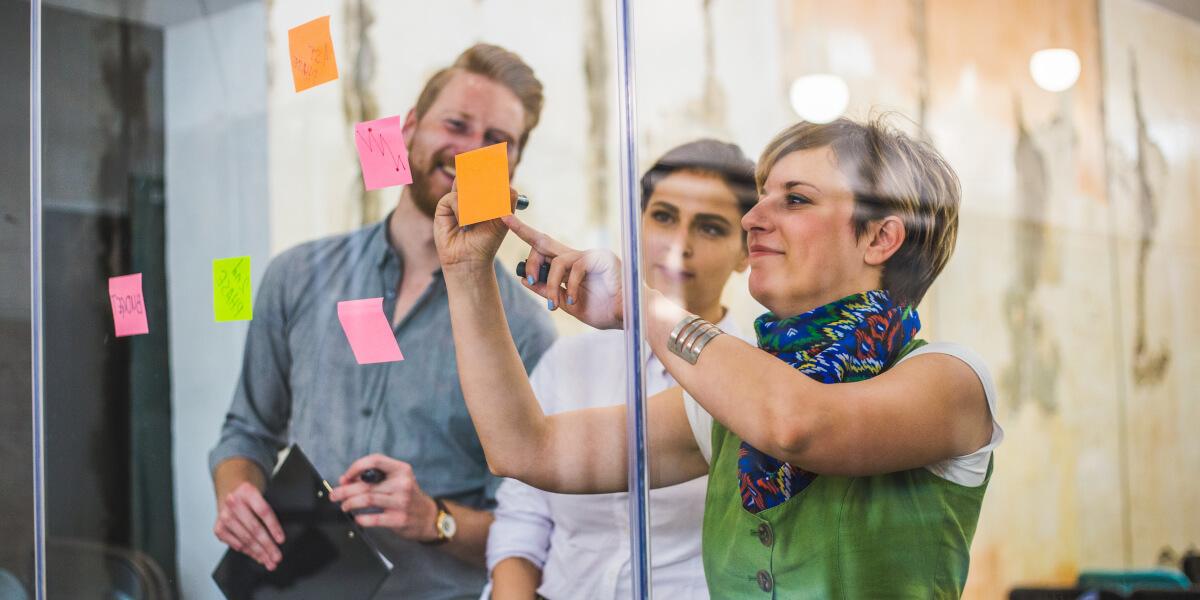 Team arbeiten gemeinsam an einem Projekt
