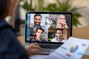 Gespräch per Videokonferenz am Laptop