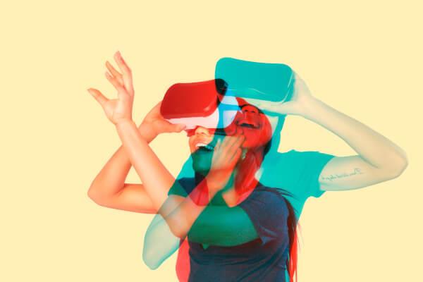 Junge Frau lernt in der Virtual Reality
