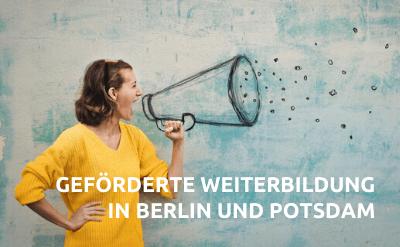 Mitarbeiterin mit Megafon zeigt geförderte Weiterbildung in Berlin und Brandenburg