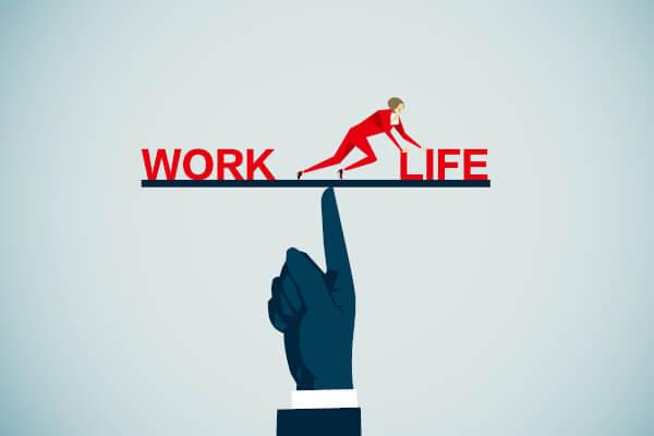 """Mitarbeiter auf der """"Work-Life-Balance-Waage"""" schiebt das Gewicht in Richtung Life"""