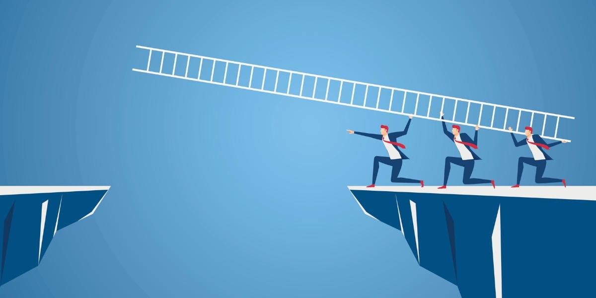 Ein Team von Mitarbeitern versucht eine Klippe mit einer Leiter zu überwinden