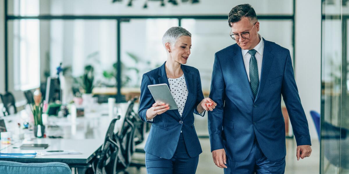 Consulting-Expertin berät einen Unternehmen, um die richtigen Entscheidungen im Krisenmanagement zu treffen